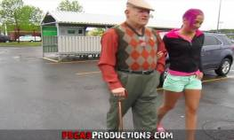 imagen anciano va de compras con su nieta y follan