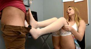 imagen Creampie en los pies de su compañera de trabajo
