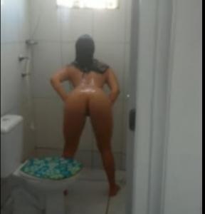imagen Morena en culo bailando en la bañera