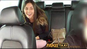 imagen Linda universitaria chupa verga en un taxi muy caro