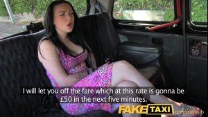 imagen Morena se llena de leche dentro del taxi