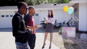 imagen Agente inmobiliaria vende casas mientras ofrece su cuerpo