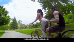 imagen Ciclista jugando con su culote y su expareja