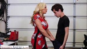 imagen Mujer madura tiene sexo con el amigo de su hijo y le chupa la polla